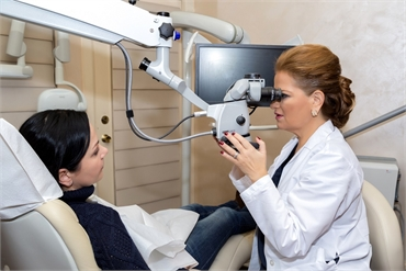 New York cosmetic dentist Dr. Rozenberg explaining procedure to patient