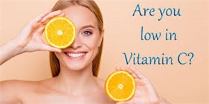 Vitamin C is an antioxidant and it safeguards your skin from free radicals which are known to damage the skin cells along with proteins.